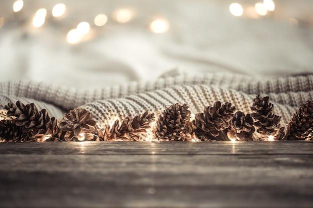 Fundo festivo de ano novo com cones e luzes. Foto gratuita