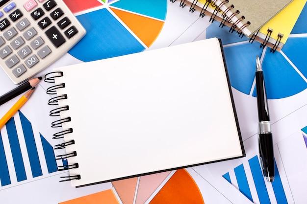 Fundo financeiro com o caderno espiral Foto gratuita