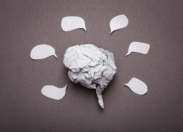 Fundo médico, anatomia do cérebro de papel amarrotado com cópia espaço f Foto gratuita