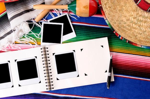 Fundo mexicano com álbum de fotos e fotos em branco Foto Premium