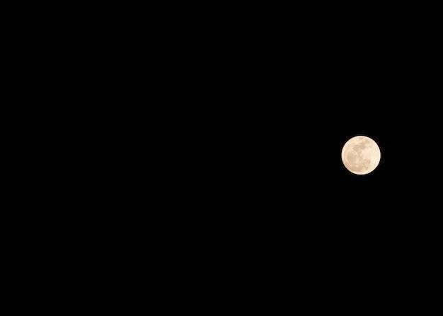 Fundo místico do céu noturno com lua cheia, nuvens e estrelas. Foto Premium