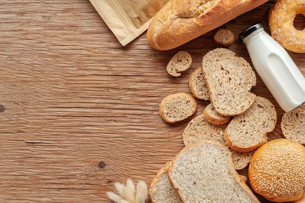 Fundo misturado dos pães na tabela de madeira, vista superior para seu texto. Foto Premium
