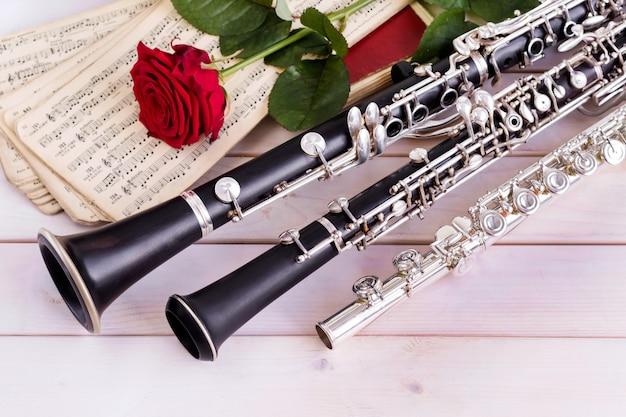 Fundo musical, cartaz - oboé, clarinete, flauta, rosa, orquestra sinfônica. Foto Premium