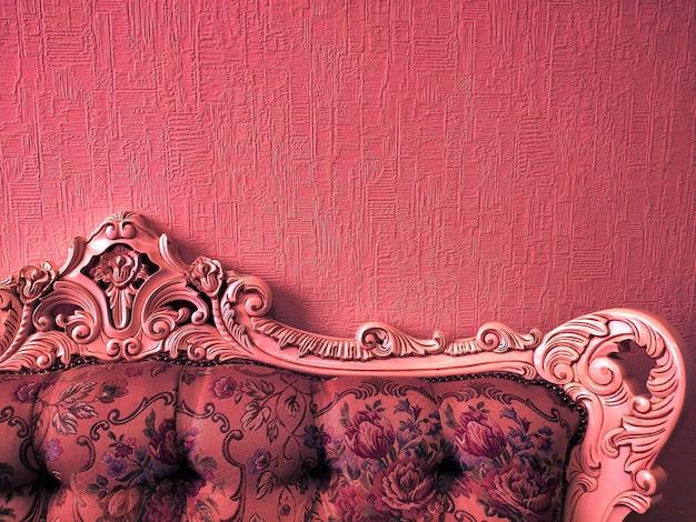 Fundo ou conceito, a parte de trás do sofá no estilo império, luz de néon, coral. Foto Premium