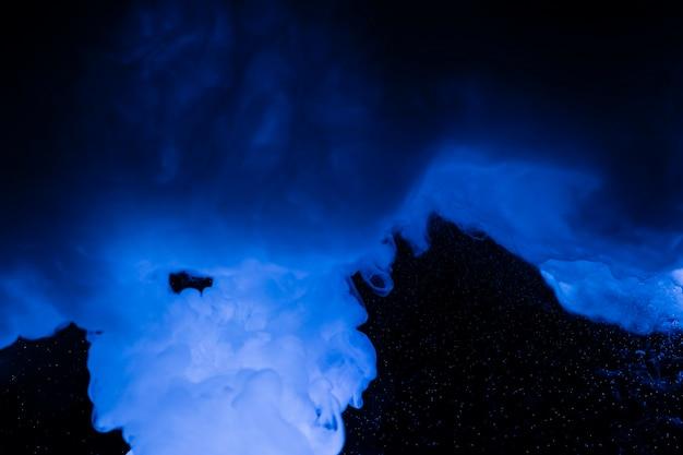 Fundo preto com nuvens azuis Foto gratuita