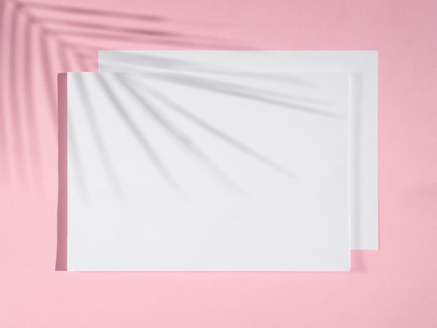 Fundo rosa com cobertores brancos e uma sombra de ficus Foto gratuita
