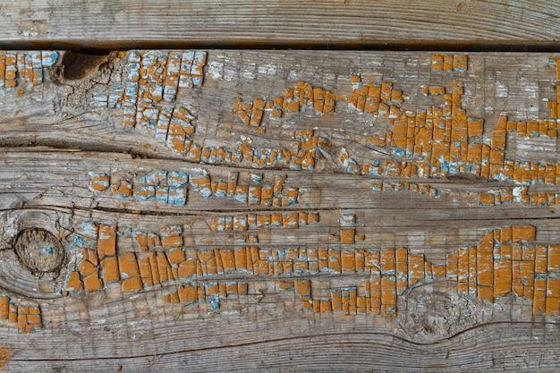 Fundo velho pinho imundo bordo com rachaduras e nó, coberto de tinta laranja Foto Premium