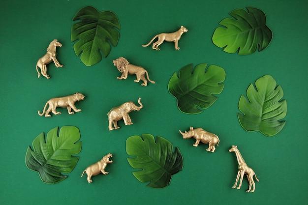 Fundo verde com folhas tropicais e animais exóticos Foto Premium