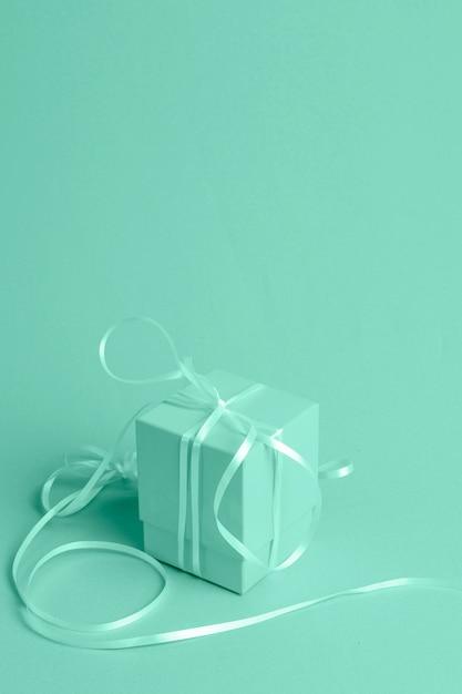 Fundo verde com presente isométrico Foto gratuita
