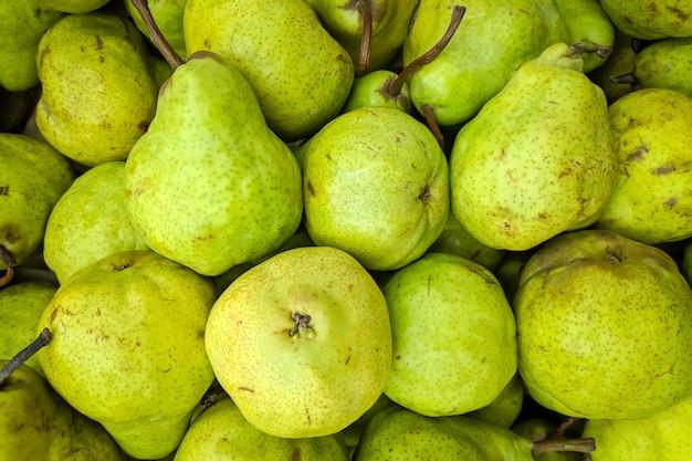 Fundo verde pêra. variedade de peras frescas cultivada na loja. Foto Premium