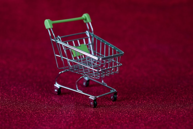 Fundo vermelho e carrinho de compras conceito e troca de compras Foto Premium