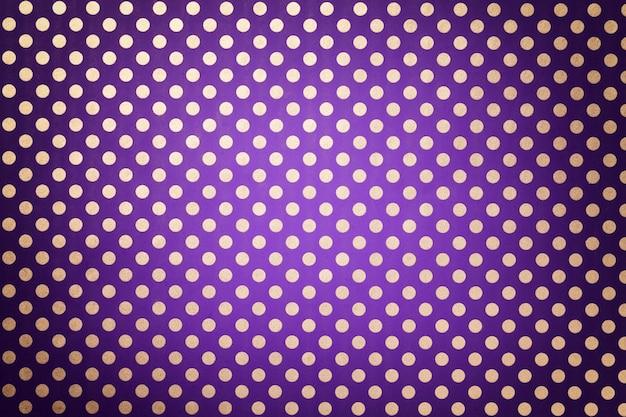 Fundo violeta escuro do papel de envolvimento com um teste padrão do close up de prata do às bolinhas. Foto Premium
