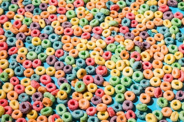 Fundos feitos com anéis de laço de cereais coloridos Foto gratuita