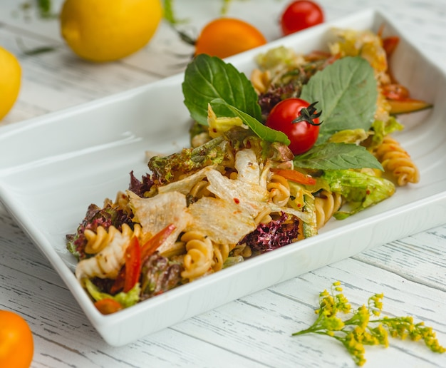 Fusilli cozido com legumes e verde Foto gratuita