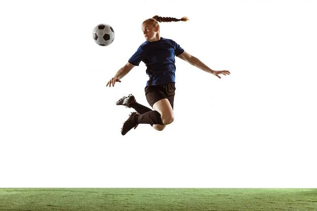 Futebol feminino, jogador de futebol chutando bola, treinamento em ação e movimento isolado no fundo branco Foto gratuita