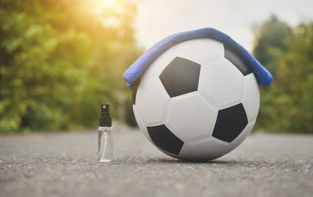 Futebol futebol e spray de álcool para limpeza Foto Premium