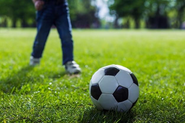 Futebol na grama Foto Premium