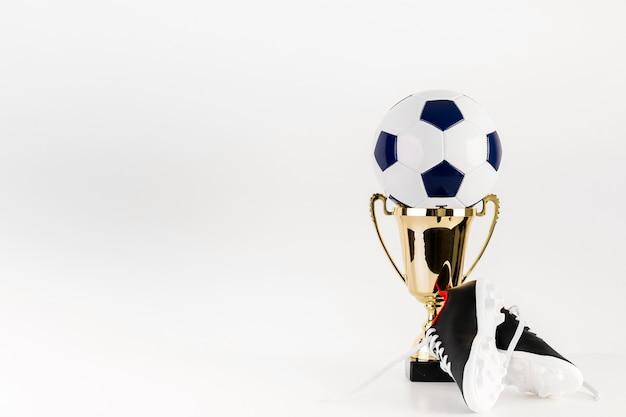Futebol no troféu e copyspace Foto gratuita