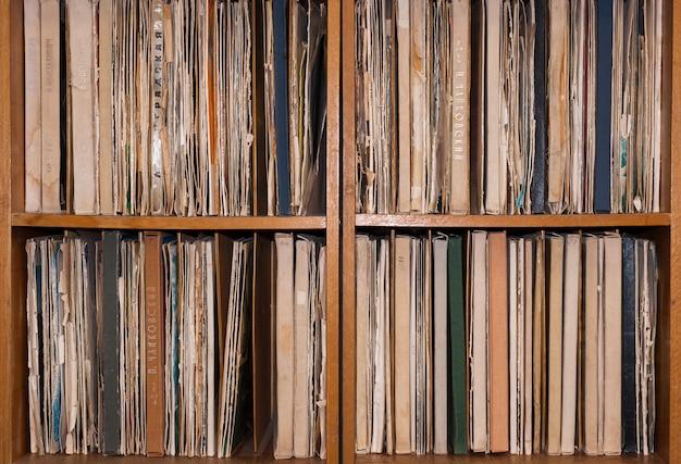 Gabinete com discos de vinil antigos. Foto Premium