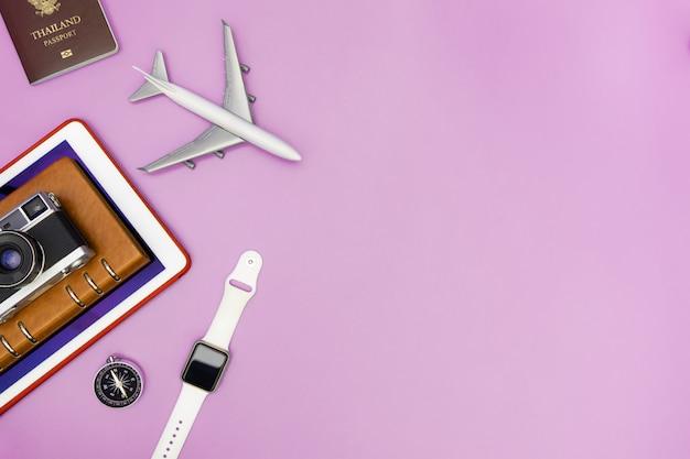 Gadgets de tecnologia de viagens de férias e objetos para o fundo do conceito de viagens Foto Premium