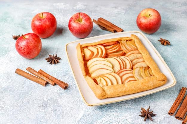 Galette caseira com maçãs e canela. Foto gratuita