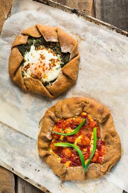 Galette com tomate, pimenta, espinafre, feta, queijo, massa vegetariana. Foto Premium