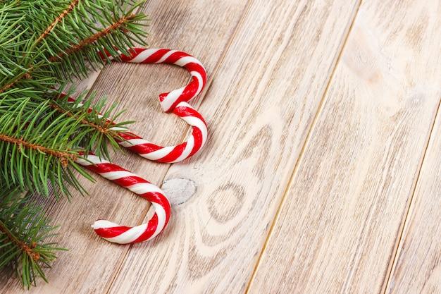 Galho de árvore de natal e pirulito Foto Premium