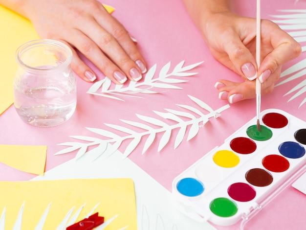 Galhos de árvores de papel de pintura de mulher Foto gratuita