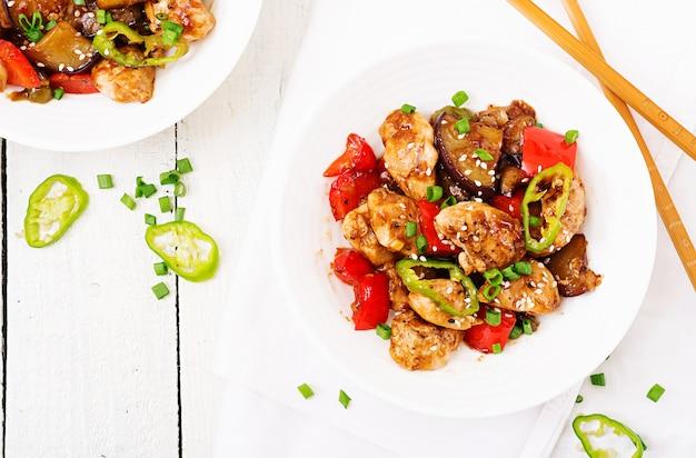 Galinha caseiro de kung pao com pimentas e vegetais. comida chinesa. fritar. vista do topo. lay plana Foto Premium