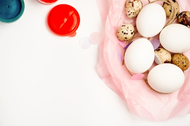 Galinha e codorna ovos ninho e pintar no conceito de ofício de páscoa feliz fundo branco Foto Premium