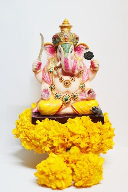 Ganesha deus é o senhor do sucesso deus do hinduísmo em flores de calêndula Foto Premium