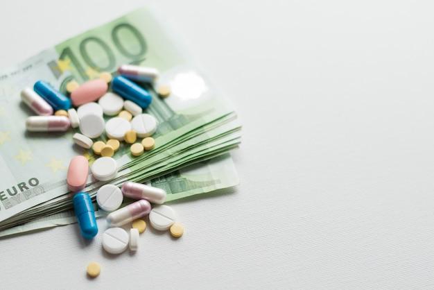 Ganhar dinheiro na indústria farmacêutica ou despesas médicas elevadas Foto Premium