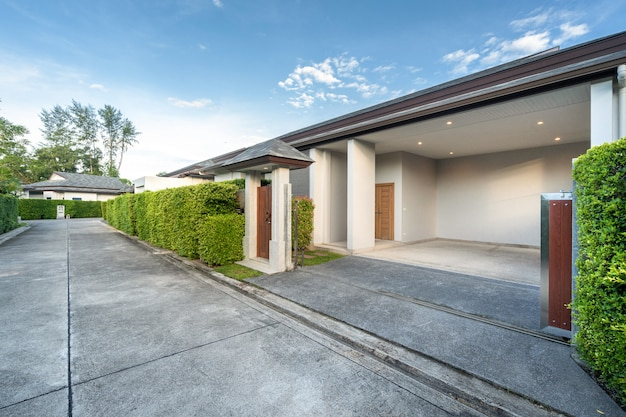 Garagem de luxo piscina villa e pequeno portão de madeira Foto Premium