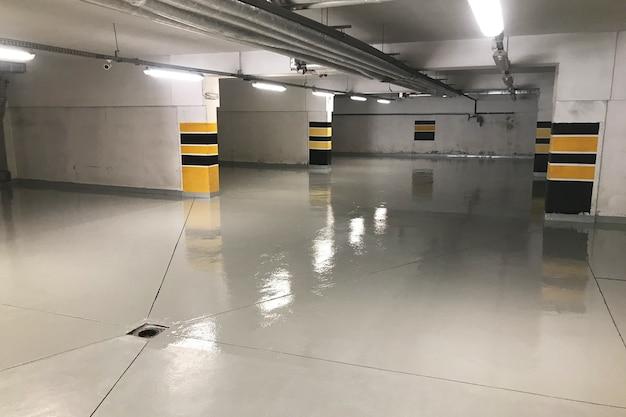 Garagem subterrânea, garagem sob um edifício residencial Foto Premium