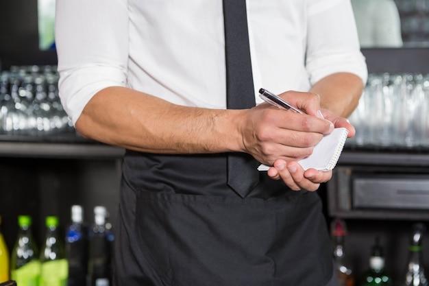 Garçom, anotando um pedido em um bar Foto Premium
