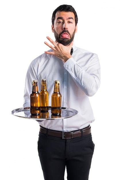 Garçom com garrafas de cerveja na bandeja se afogando Foto gratuita