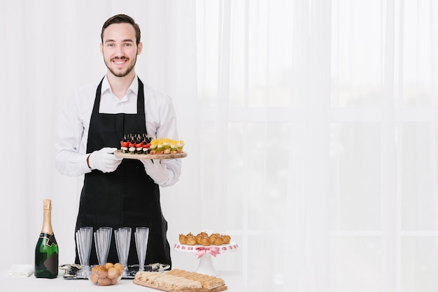 Garçom profissional apresentando comida Foto gratuita