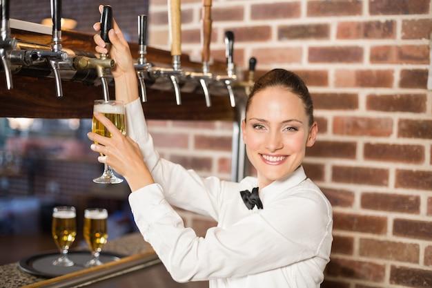 Garçonete, derramando cerveja Foto Premium