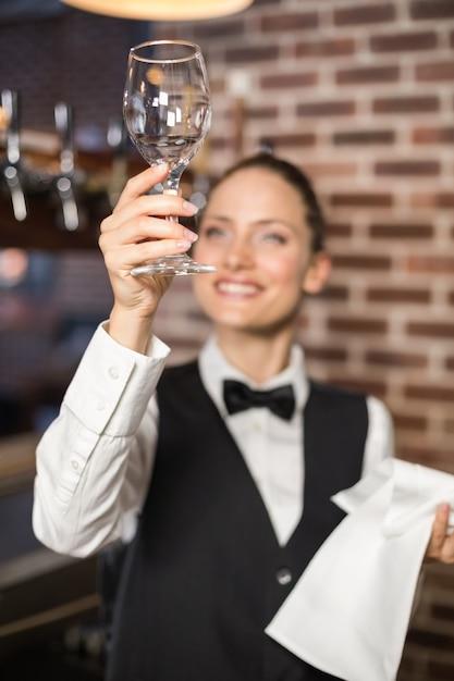 Garçonete, olhando para um copo de vinho Foto Premium