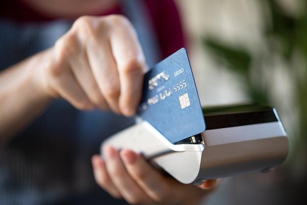 Garçonete passando cartão de crédito na pos Foto Premium