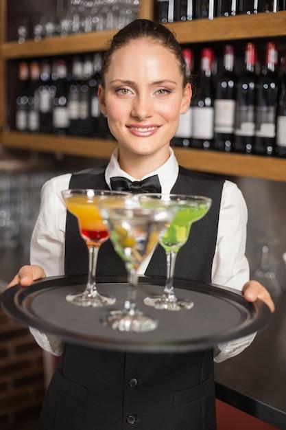 Garçonete, segurando o prato com cocktails Foto Premium