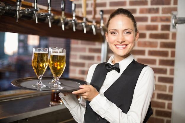Garçonete servindo cerveja Foto Premium