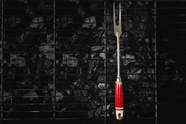 Garfo de churrasco no carvão Foto Premium