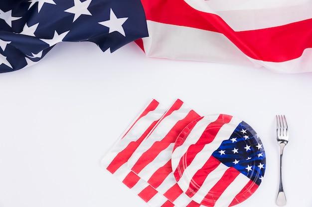 Garfo de placas de bandeira americana e banner na superfície branca Foto gratuita