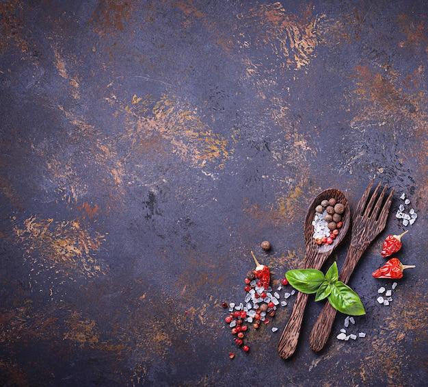 Garfo e colher com ervas e especiarias. Foto Premium