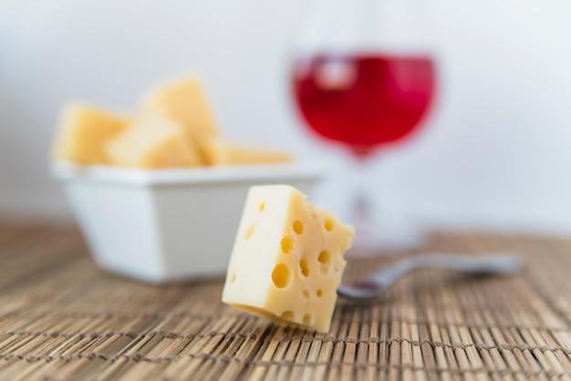 Garfo, perto, jogo, de, queijo fresco, em, pires, e, vidro vinho, ligado, tabela Foto gratuita