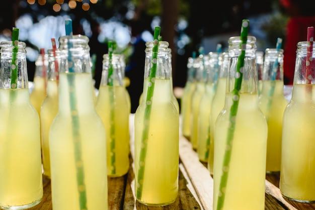 Gargalos com limonada no frasco de vidro. Foto Premium
