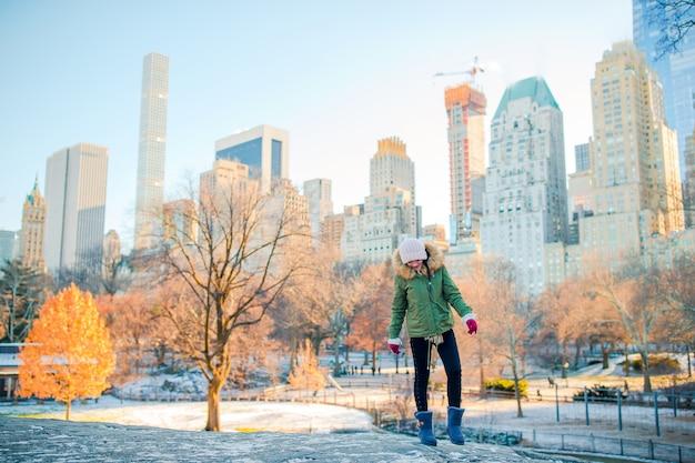 Garota adorável no central park na cidade de nova york Foto Premium