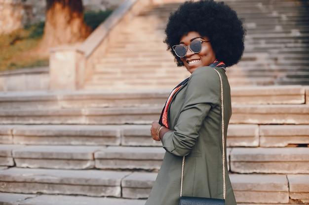 Garota africana em uma cidade de verão Foto gratuita
