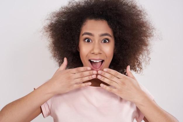 Garota afro-americana está espantada Foto Premium